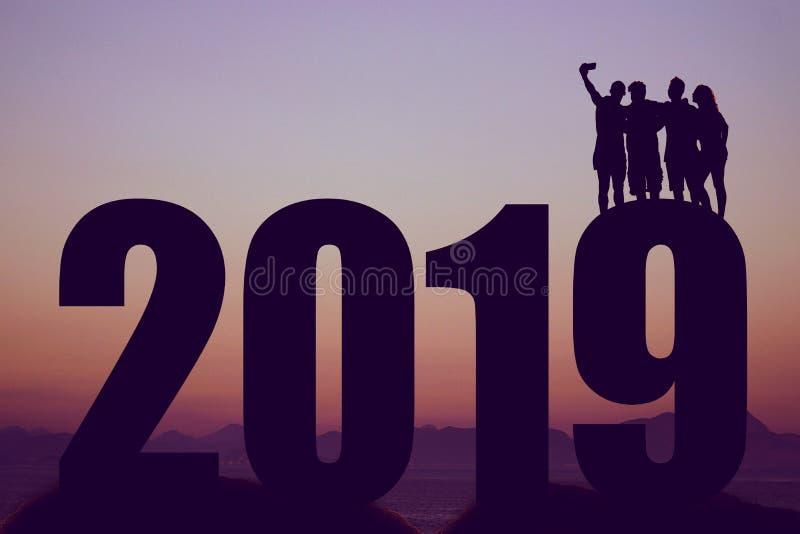 Silueta del Año Nuevo 2019 con el grupo que toma un selfie ilustración del vector