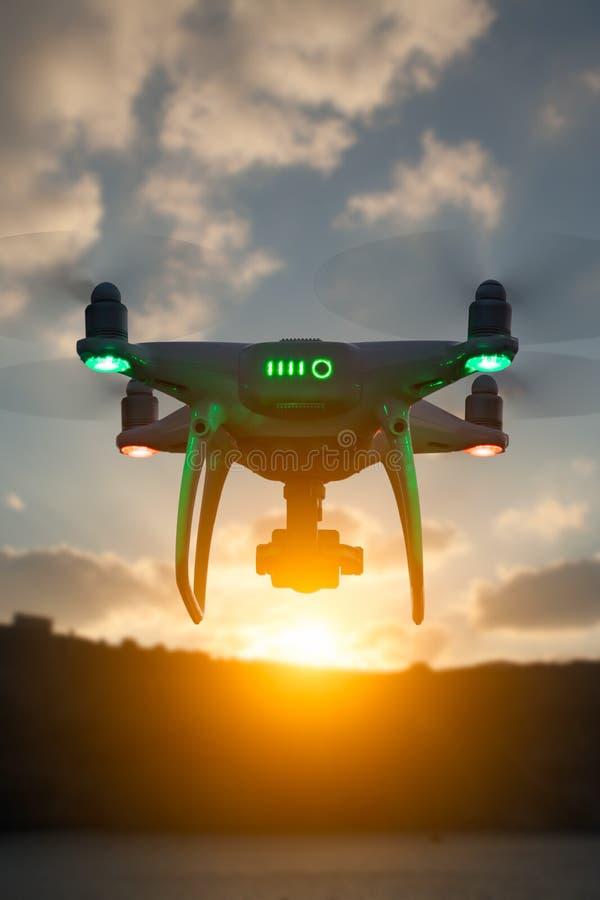 Silueta del abejón sin tripulación del sistema de aviones UAV Quadcopter fotografía de archivo libre de regalías
