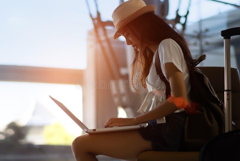 Silueta del adolescente asiático de la mujer que usa el ordenador portátil imagenes de archivo