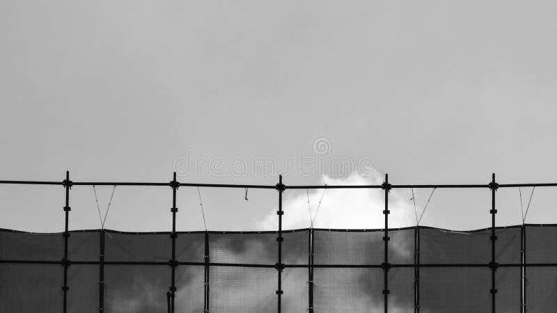 Silueta del andamio en el emplazamiento de la obra - monocromático foto de archivo libre de regalías