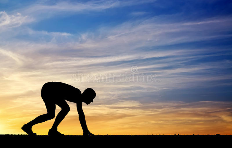 Silueta del atleta en la posición a correr fotos de archivo