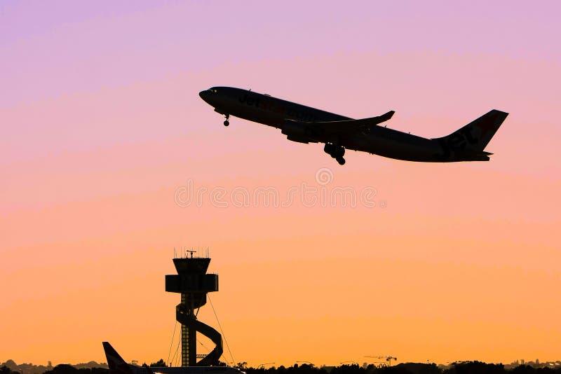 Silueta del avión de pasajeros del jet en vuelo fotos de archivo libres de regalías