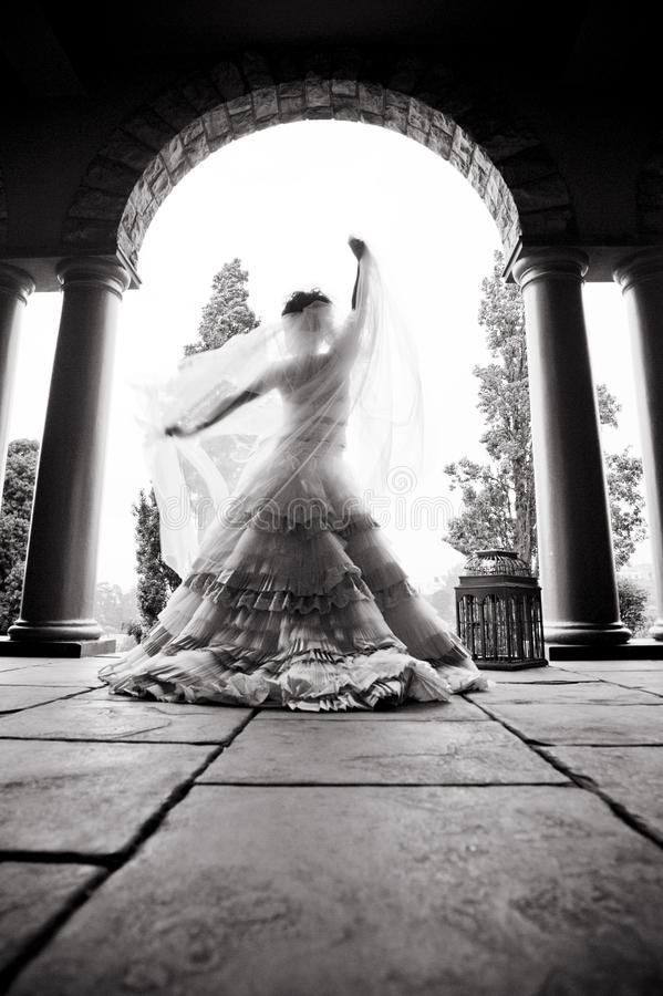 Silueta del baile hermoso joven de la novia debajo de un tejado sostenido con pilares fotografía de archivo libre de regalías