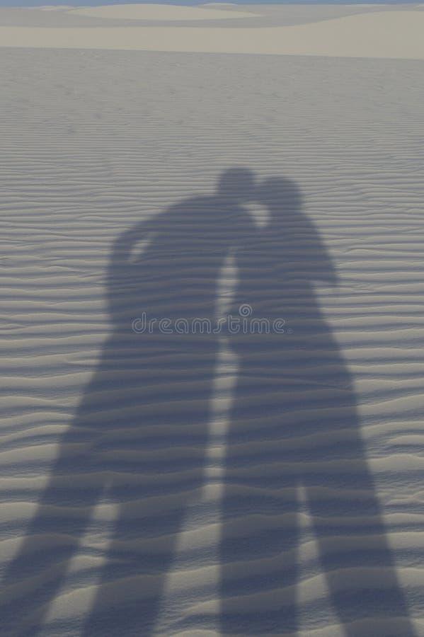 silueta del beso entre la mujer embarazada y el hombre fotografía de archivo