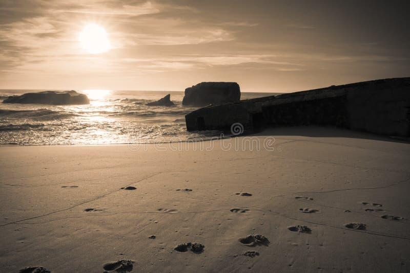 Silueta del blocao de la guerra en paisaje marino hermoso escénico de la playa arenosa con las ondas en costa atlántica fotos de archivo