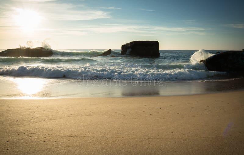 Silueta del blocao de la guerra en paisaje marino hermoso escénico de la playa arenosa con las ondas de fractura en costa atlánti imagen de archivo libre de regalías