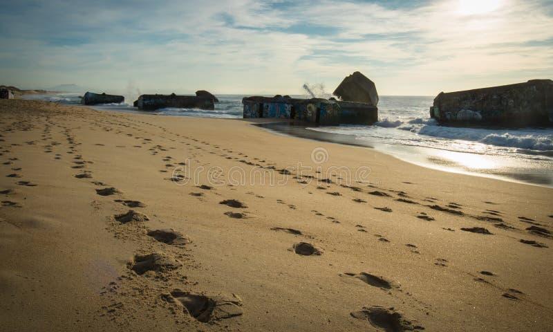 Silueta del blocao de la guerra en paisaje marino hermoso escénico de la playa arenosa con las ondas en Océano Atlántico imágenes de archivo libres de regalías