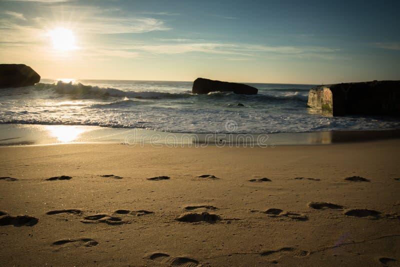 Silueta del blocao de la guerra en paisaje marino hermoso escénico de la playa arenosa con las ondas en Océano Atlántico en cielo fotografía de archivo