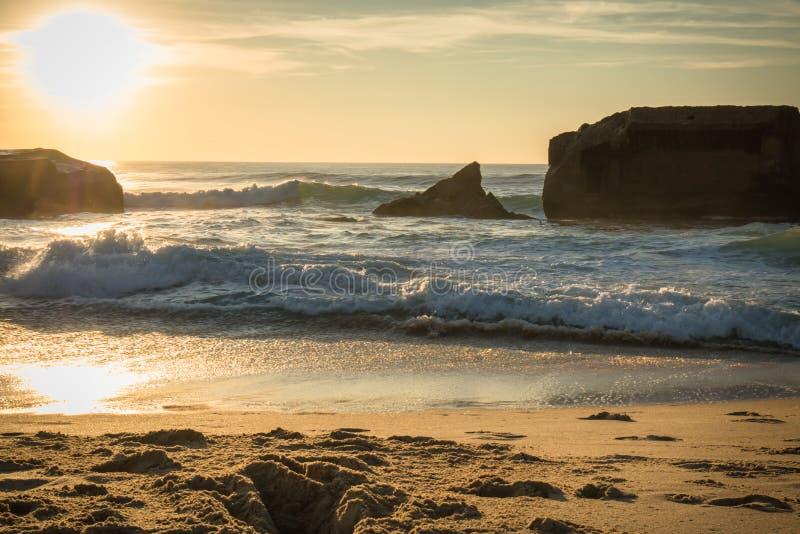 Silueta del blocao de la guerra en paisaje marino hermoso escénico de la playa arenosa con las ondas en Océano Atlántico en cielo imagen de archivo libre de regalías