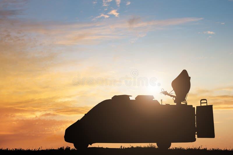 Silueta del camión de las noticias de la TV foto de archivo libre de regalías