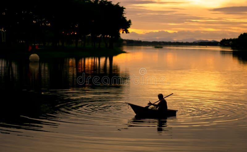 Download Silueta Del Canotaje Del Pescador Foto de archivo - Imagen de costa, golden: 41919604