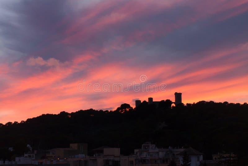 Silueta del castillo de Bellver contra el cielo dramático de la puesta del sol Palma, Majorca foto de archivo