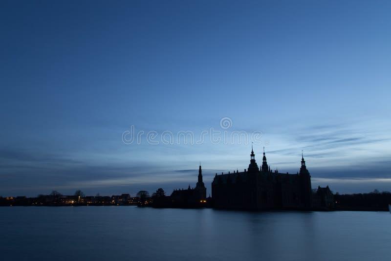 Silueta del castillo de Frederiksborg, Dinamarca foto de archivo libre de regalías