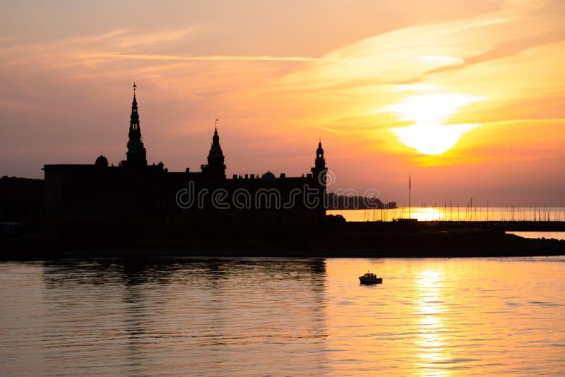 Silueta del castillo de Kronborg en Helsingor en la puesta del sol foto de archivo