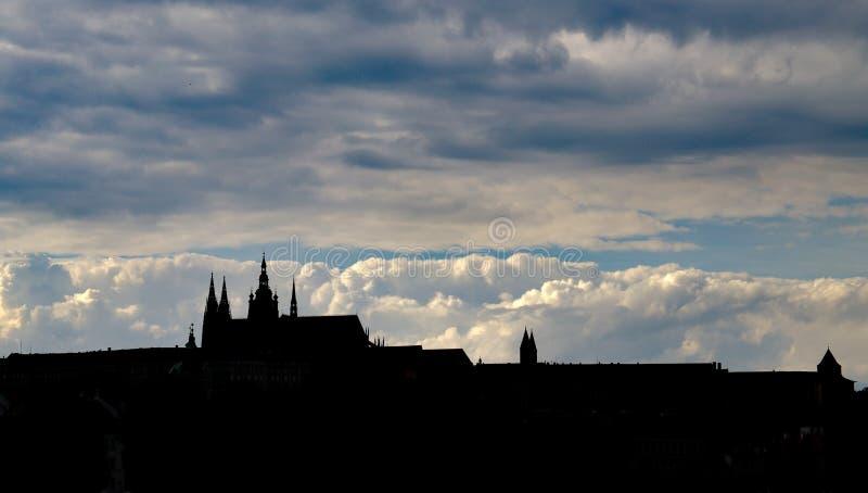 Silueta del castillo de Praga en la puesta del sol foto de archivo