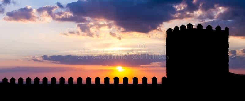 Silueta del castillo en puesta del sol foto de archivo libre de regalías