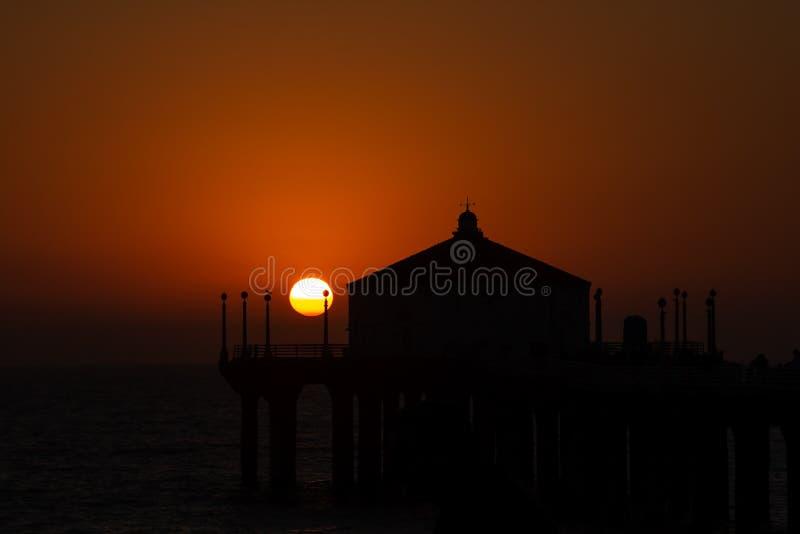 Silueta del embarcadero de Manhattan Beach durante puesta del sol hermosa en el Ca imagen de archivo