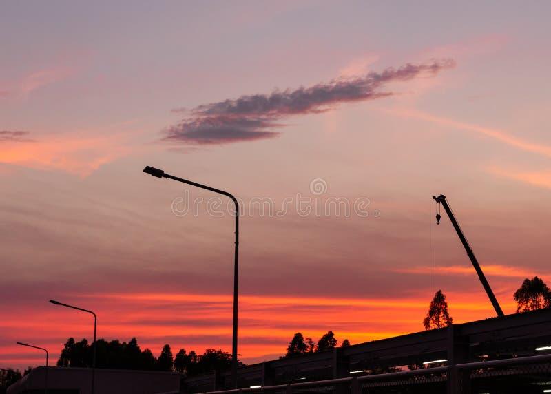 Silueta del emplazamiento de la obra en fondo de la puesta del sol fotografía de archivo libre de regalías