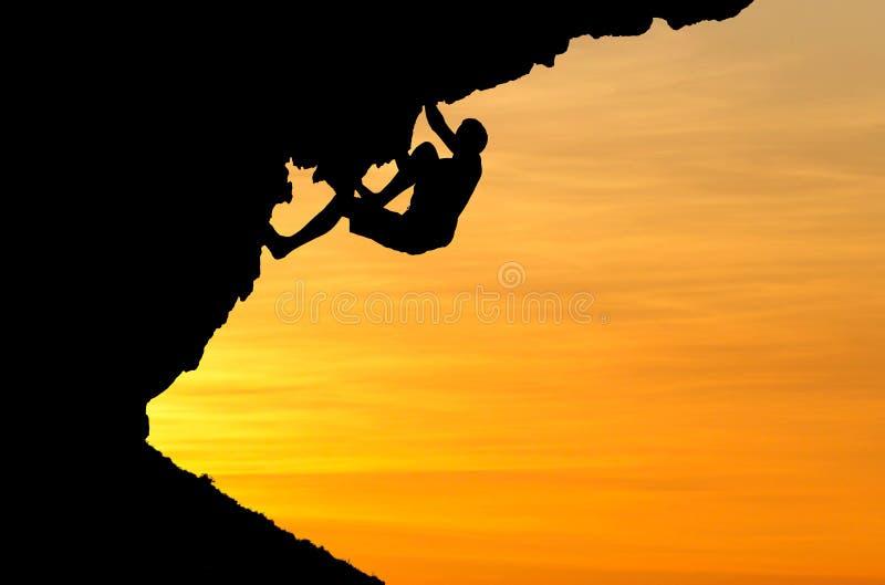 Silueta del escalador en puesta del sol fotos de archivo libres de regalías