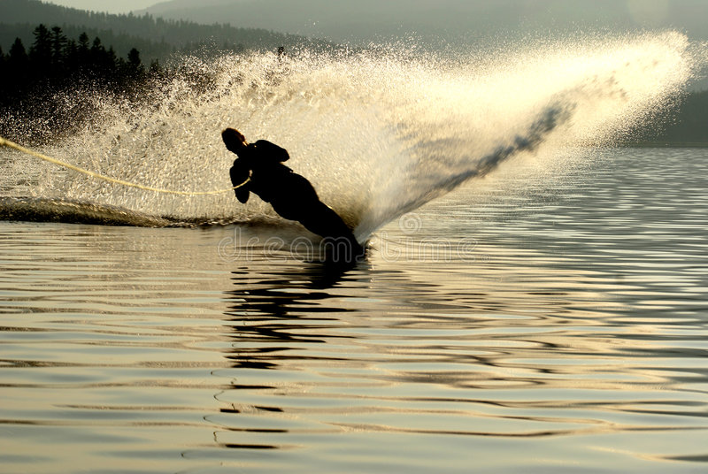 Silueta del esquiador del agua imagen de archivo
