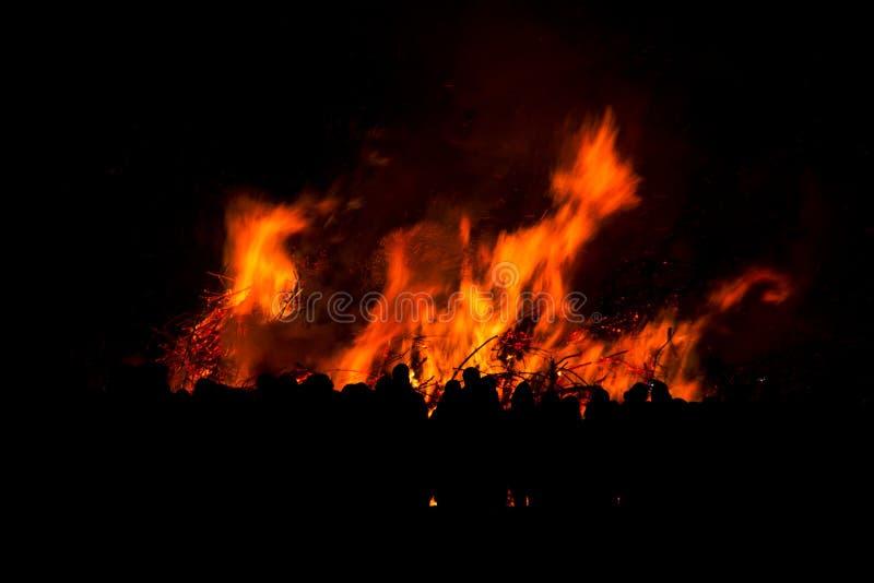 Silueta del fuego de observación de la gente imagen de archivo libre de regalías