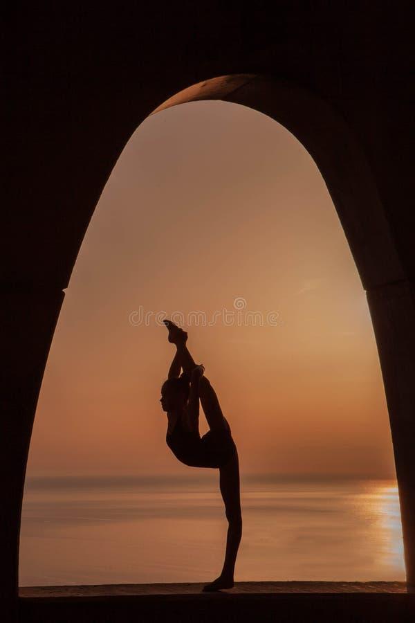 Silueta del gimnasta imagen de archivo libre de regalías