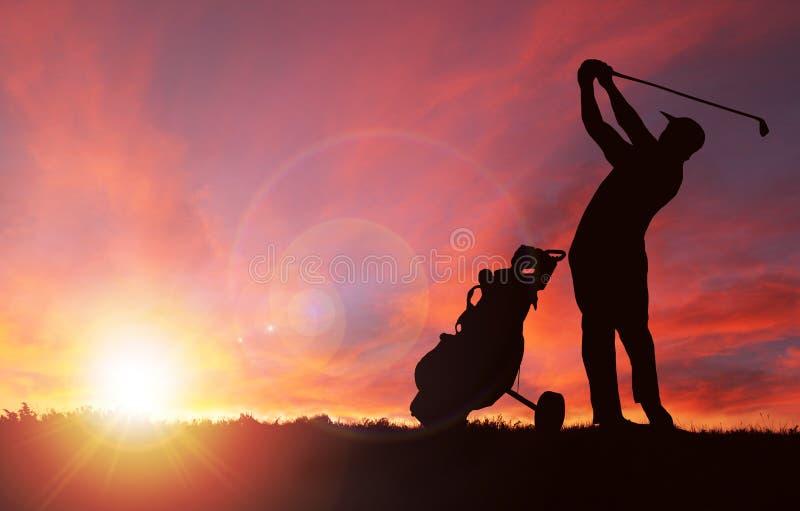 Silueta del golfista durante puesta del sol con el espacio de la copia stock de ilustración