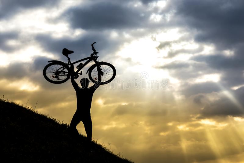 Silueta del hombre del ciclista y bici de monta?a fotografía de archivo libre de regalías