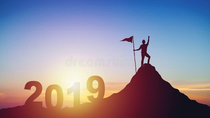 Silueta del hombre con la bandera en el top de la montaña sobre puesta del sol fotografía de archivo libre de regalías
