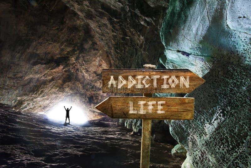Silueta del hombre con los brazos para arriba en la salida de un túnel acertado en el apego de derrota y que elige vida Imagen co imagen de archivo