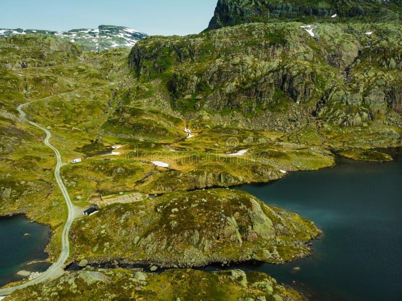 Silueta del hombre de negocios Cowering Camino y lagos en las monta?as Noruega imagenes de archivo