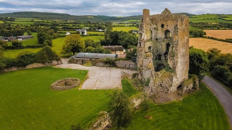 Silueta del hombre de negocios Cowering Castillo de Cullahill condado Laois irlanda fotografía de archivo