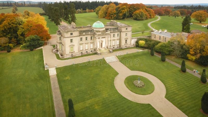 Silueta del hombre de negocios Cowering Emo Court House Portlaoise irlanda imágenes de archivo libres de regalías