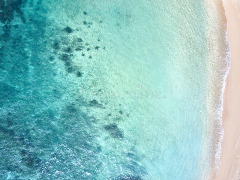 Silueta del hombre de negocios Cowering Playa salvaje en Midigama El Océano Índico Sri Lanka imágenes de archivo libres de regalías