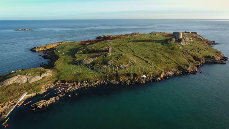 Silueta del hombre de negocios Cowering ruinas Isla de Dalkey dublín irlanda foto de archivo libre de regalías