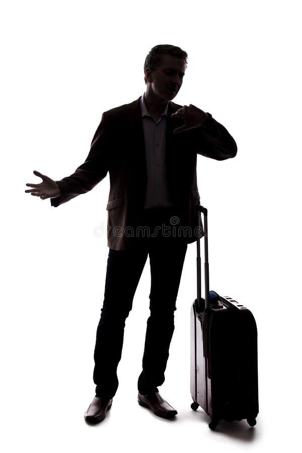 Silueta del hombre de negocios que viaja Upset en el vuelo retrasado o cancelado imagenes de archivo
