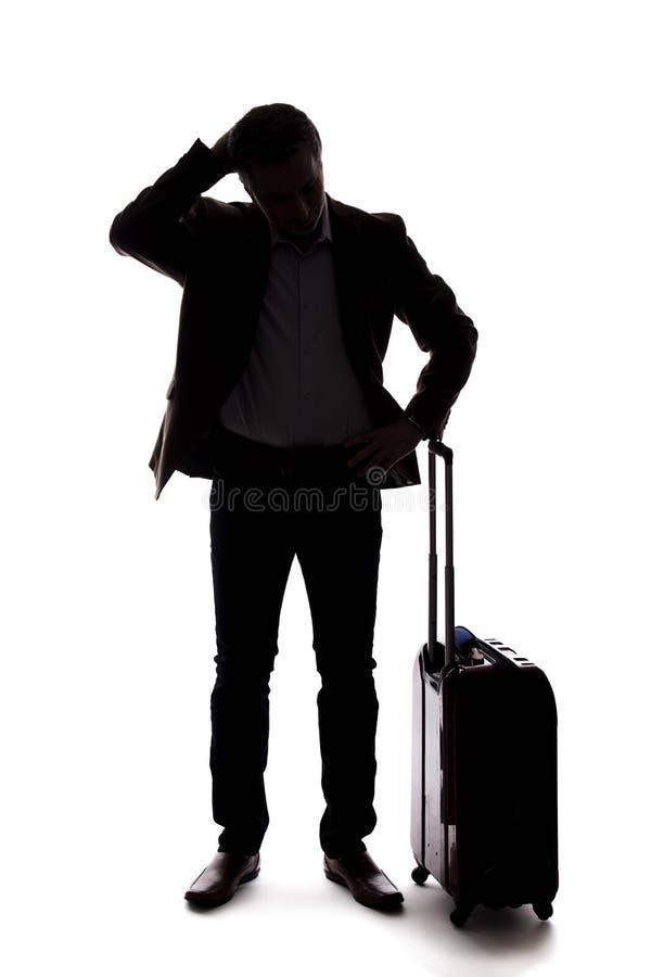 Silueta del hombre de negocios que viaja Upset en el vuelo retrasado o cancelado fotografía de archivo