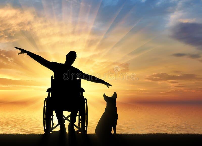 Silueta del hombre discapacitado feliz en silla de ruedas con su perro por el mar que disfruta de la puesta del sol foto de archivo
