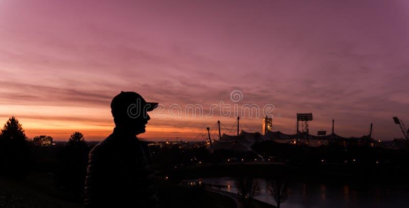 Silueta del hombre en la puesta del sol hermosa imagen de archivo