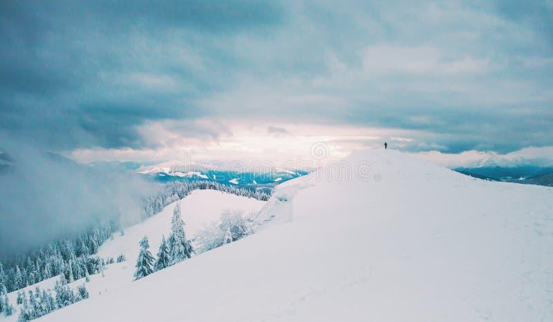 Silueta del hombre en las montañas fotografía de archivo