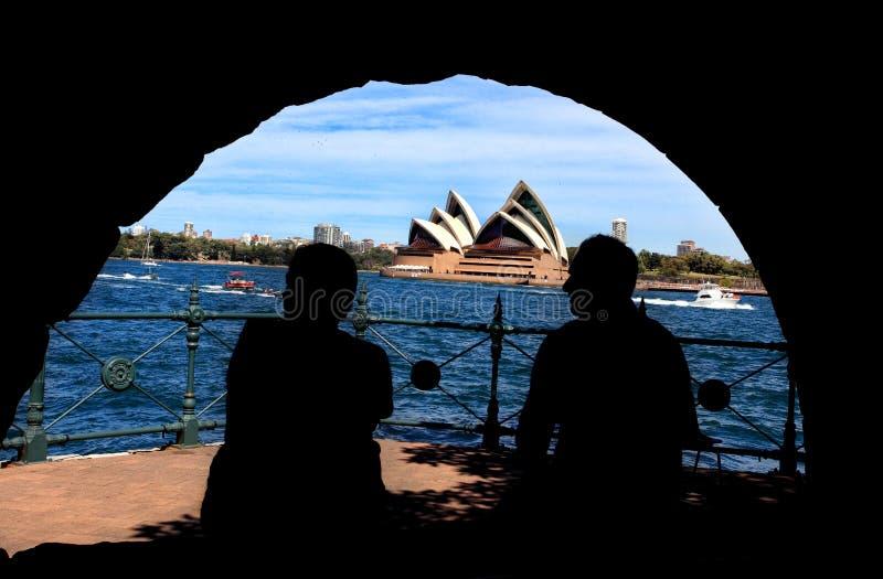 Silueta del hombre y de la mujer que gozan de Sydney Harbou foto de archivo libre de regalías