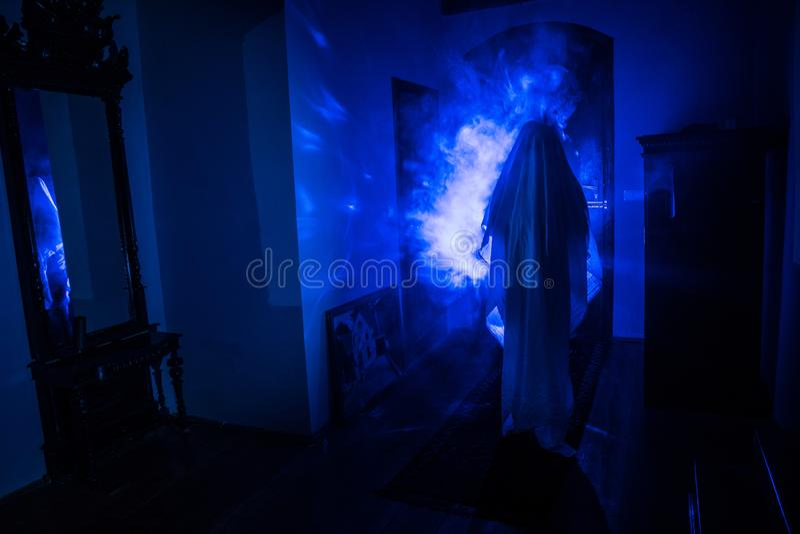 Silueta del horror del fantasma dentro del sitio oscuro con la silueta asustadiza del concepto de Halloween del espejo de la bruj imagen de archivo libre de regalías