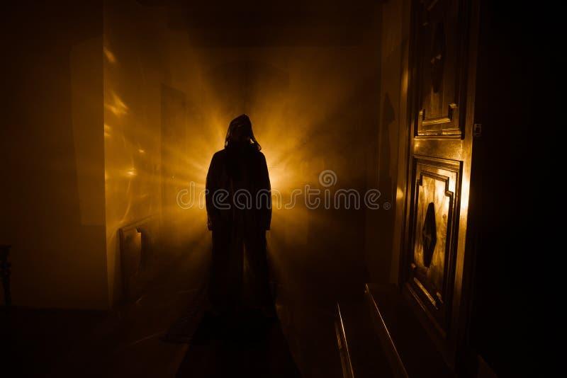 Silueta del horror del fantasma dentro del sitio oscuro con la silueta asustadiza del concepto de Halloween del espejo de la bruj fotografía de archivo libre de regalías