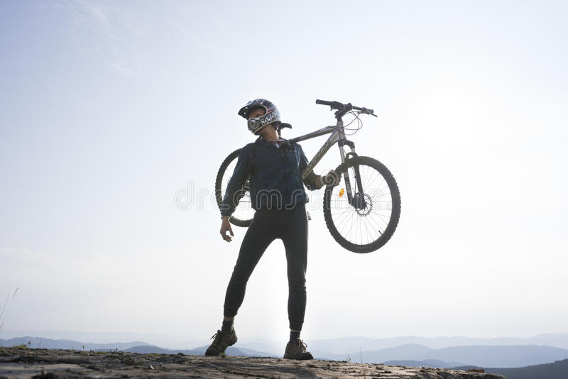 Silueta del jinete con la bicicleta fotografía de archivo libre de regalías