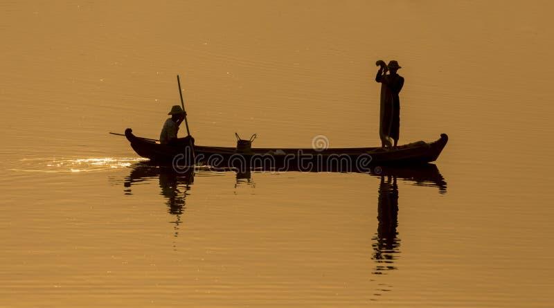 Silueta del lago Mandalay, Myanmar imagen de archivo