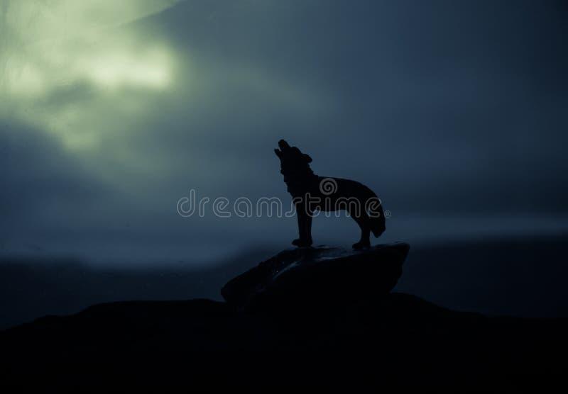 Silueta del lobo del grito contra fondo de niebla entonado oscuro Concepto del horror de Víspera de Todos los Santos imagen de archivo libre de regalías