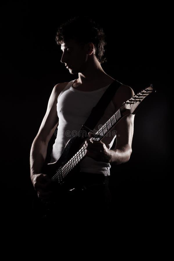 Silueta del músico con la guitarra foto de archivo libre de regalías