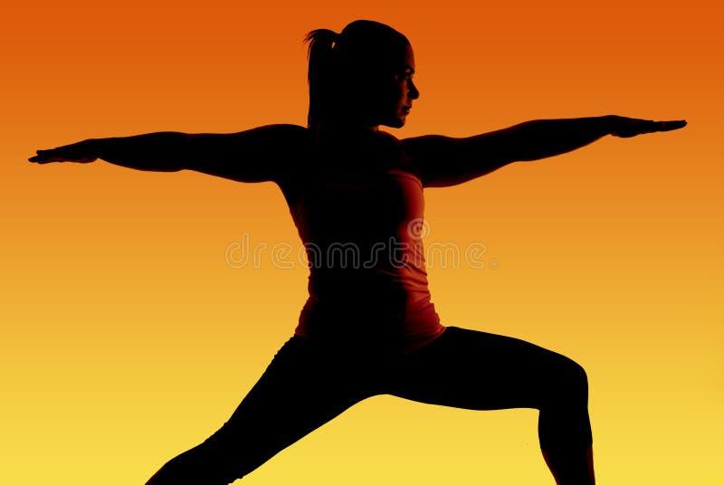 Silueta del modelo de la yoga con el fondo colorido foto de archivo libre de regalías