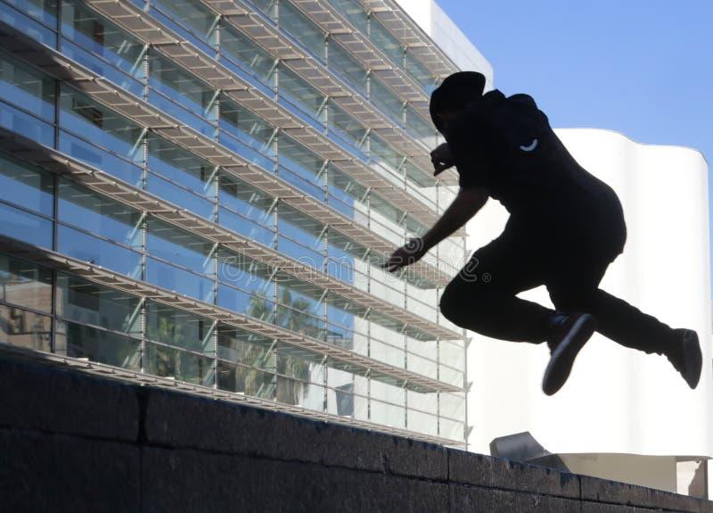 Silueta del muchacho joven que salta en Barcelona fotos de archivo libres de regalías