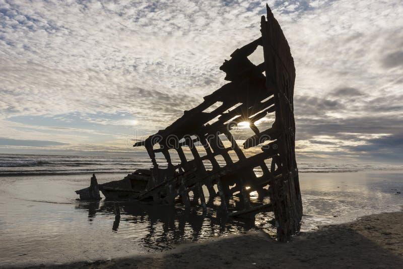 Silueta del naufragio de Peter Iredale fotos de archivo libres de regalías